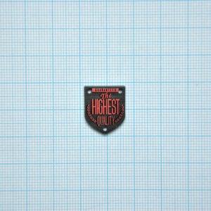 черная бирка с красным логотипом